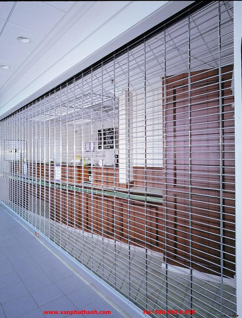 Cua cuon luoi song ngang hay còn gọi là cửa cuốn lưới song ngang làm bằng ống tròn 19. Cửa cuốn lưới thích hợp cho cửa hàng, showroom, tầng hầm, trung tâm thương mại, nhà xe ô tô (gara)