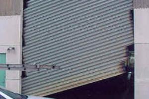Sửa cửa cuốn đổ lá